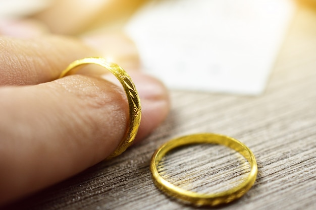 Abschluss oben der hand, die goldenen ring für liebespaare, valentinstag hält Premium Fotos