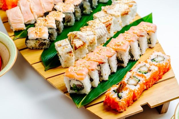 Abschluss oben der sushi eingestellt mit hölzernem sushivorstand Kostenlose Fotos