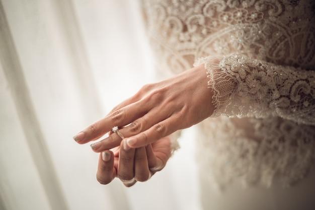 Abschluss oben des eleganten diamantrings auf der fingerfrau Premium Fotos