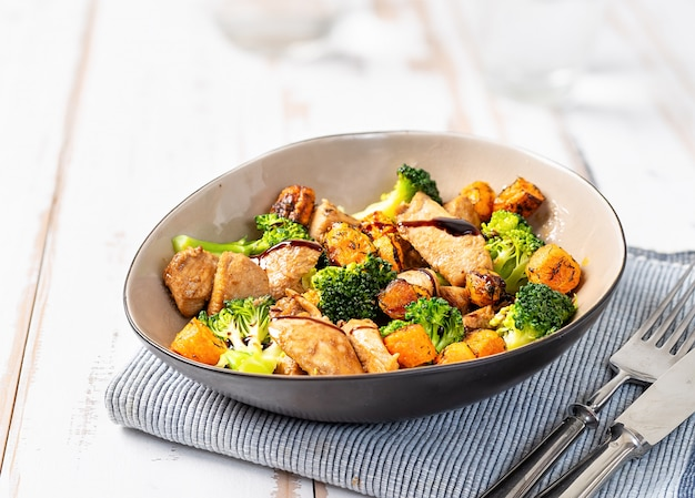 Abschluss oben des gesunden salats mit chiken und brokkoli Premium Fotos