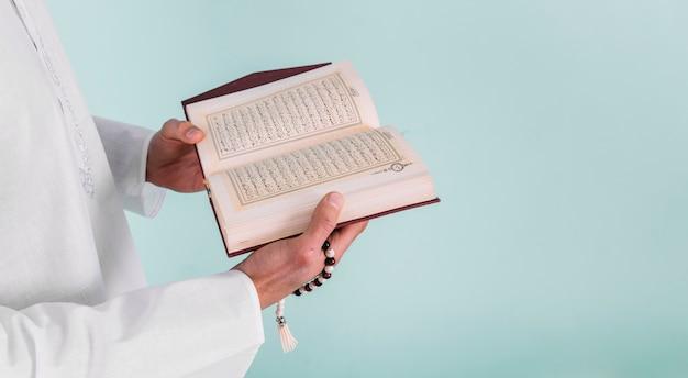 Abschluss oben des mannes, der im koran liest Kostenlose Fotos