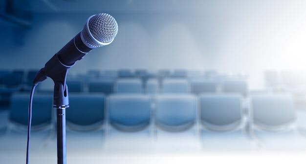 Abschluss oben des mikrofons auf stand im konferenzsaal Premium Fotos