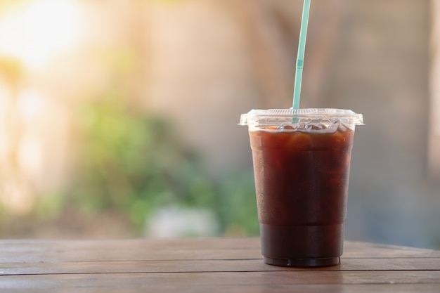 Abschluss oben des plastiks nehmen schale gefrorenen schwarzen kaffee americano weg Premium Fotos