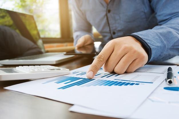 Abschlussprüfer oder finanzinspektor arbeiten am verkaufsleistungsbericht am modernen arbeitsplatz Premium Fotos