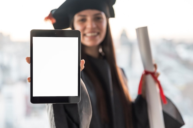 Absolvent, der tablettenmodell hält Kostenlose Fotos