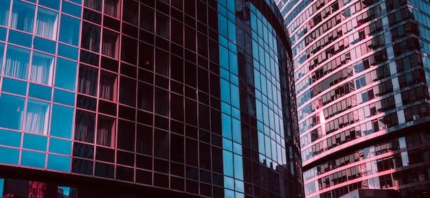 Abstrakte ansicht eines wolkenkratzers mit sonnenlicht Premium Fotos