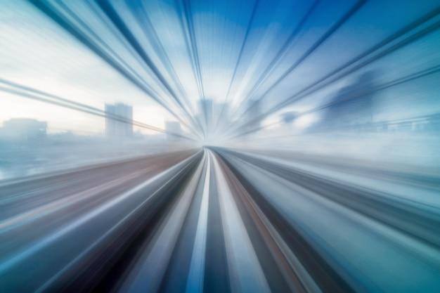 Abstrakte bewegliche bewegungsunschärfe von zug yurikamome-linie tokyos japan, die zwischen tunnel in tokyo sich bewegt Premium Fotos