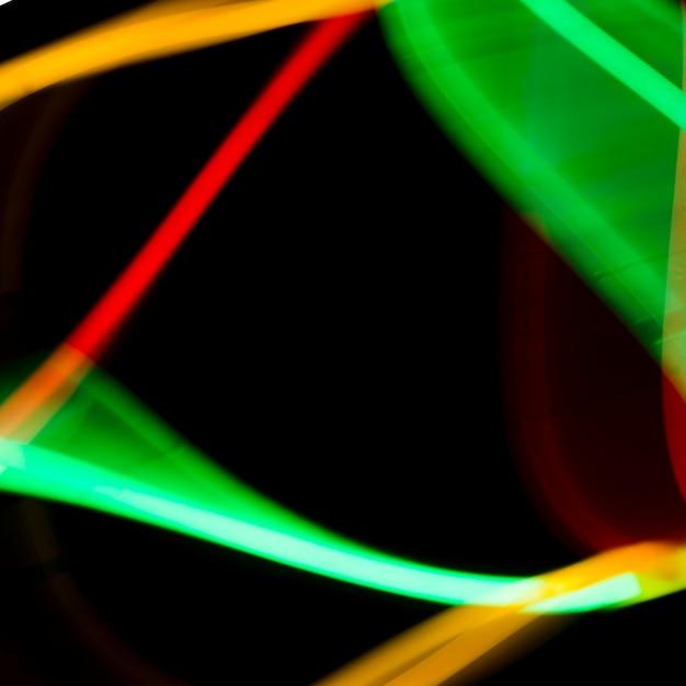 Abstrakte bunte neonröhren auf schwarzem hintergrund Kostenlose Fotos