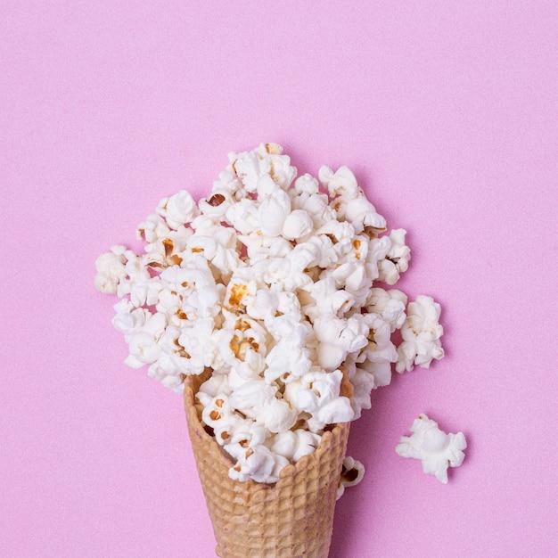 Abstrakte eistüte mit gesalzenem popcorn Kostenlose Fotos