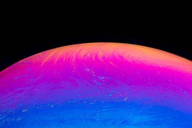 Abstrakte farbe mischte seifenblase auf schwarzem hintergrund Kostenlose Fotos