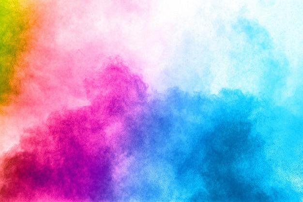 Abstrakte farbpulverexplosion auf weißem hintergrund. frostbewegung des staubspritzens Premium Fotos