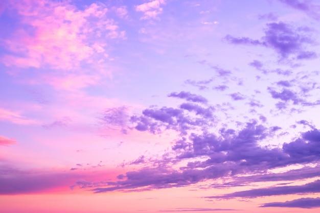 Abstrakte futuristische erde. traumlandschaft. zukünftiger schöner farbsonnenuntergang bewölkt himmelhintergrund. Premium Fotos