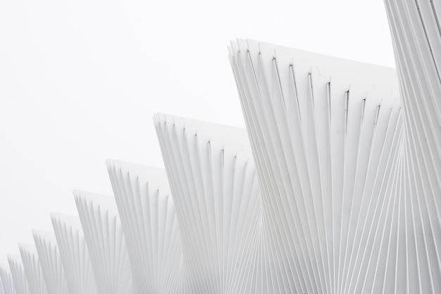 Abstrakte gebäude der horizontalen aufnahme mit weißen metallrippen und glasfenstern Kostenlose Fotos
