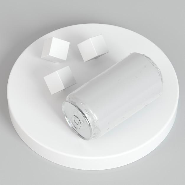 Abstrakte pop-top-soda-zinn-präsentation mit zuckerwürfeln Kostenlose Fotos