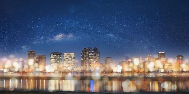 Abstrakte stadt nachts mit bokeh-lichthintergrund Premium Fotos