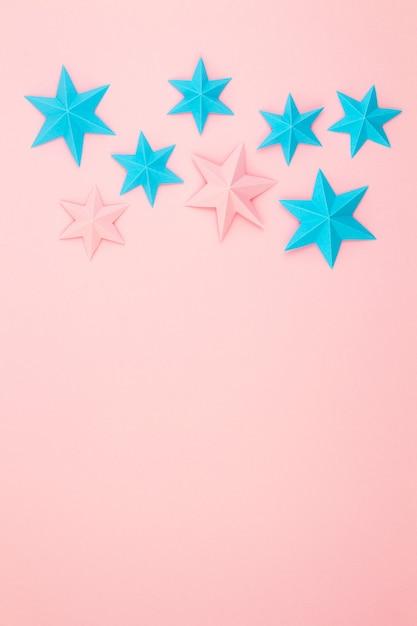 Abstrakte wand mit bunten papierorigami-sternen. flache lage, draufsicht Premium Fotos