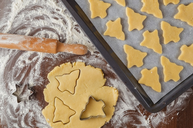 Abstrakte weihnachtsnahrung mit plätzchenformen und mehl Premium Fotos