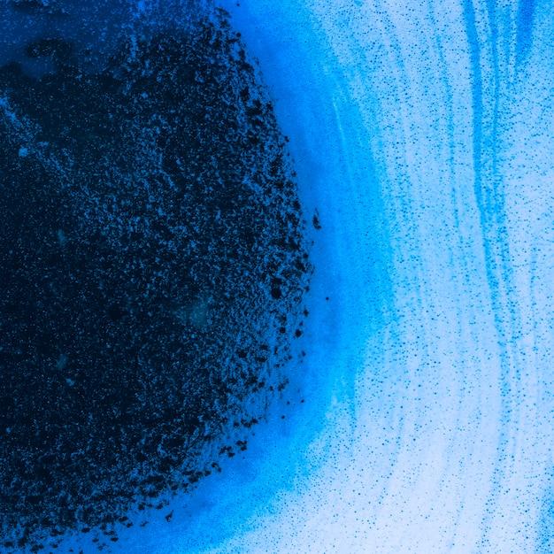 Abstrakte wellen des schaums und der luftblasen auf blauer flüssigkeit Kostenlose Fotos