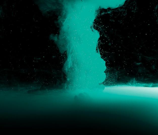Abstrakter azurblauer nebel und stückchen in der dunkelheit Kostenlose Fotos