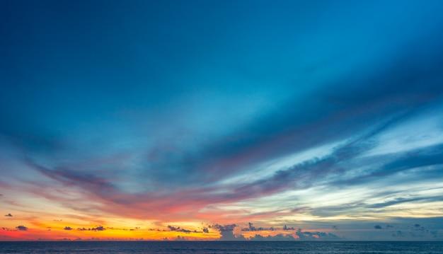 Abstrakter bunter himmel mit sonnenuntergangansicht am abend oder sonnenaufgang und wolkenhintergrund Premium Fotos