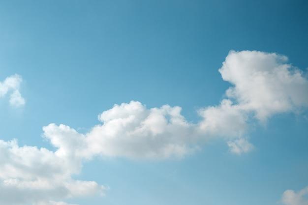 Abstrakter hintergrund des hellblauen himmels und der diagonalen flauschigen wolke. Premium Fotos