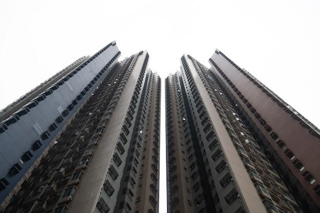 Abstrakter im stadtzentrum gelegener gebäudewohnsitzkondominiumwohnungswolkenkratzer Premium Fotos