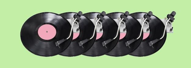 Abstrakter plattenspielerteil lokalisiert auf grünem hintergrund. disk jockey plattenspieler und vinyl. retro musikkonzept. langes breites banner. kopieren sie platz für ihr design. Premium Fotos