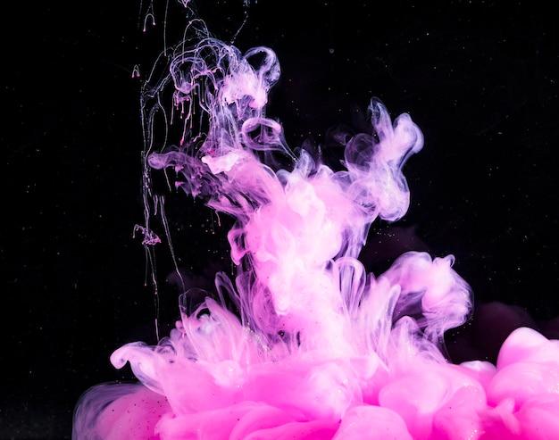 Abstrakter schwerer rosafarbener nebel in der dunklen flüssigkeit Kostenlose Fotos