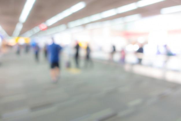 Abstrakter unschärfepassagier im flughafen. Premium Fotos