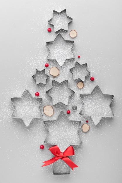 Abstrakter weihnachtsbaum gemacht mit kuchenformen Premium Fotos