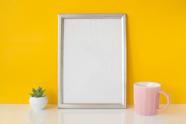 Abstrakter weißer rahmen mit keramischer schale Kostenlose Fotos