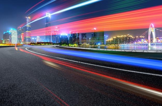 Abstraktes bild der unschärfebewegung von autos auf der stadtstraße nachts, moderne städtische architektur in chongqing, china Premium Fotos