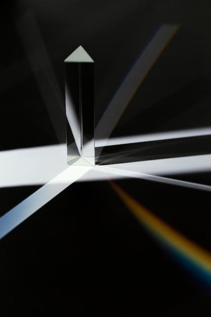 Abstraktes schwarzweiss-prisma der vorderansicht und regenbogenlicht Kostenlose Fotos