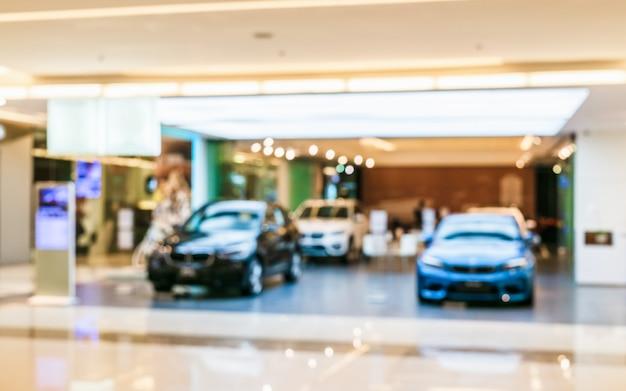 Abstraktes unscharfes auto. verwischen sie bild des autos im ausstellungsraumgebrauch für hintergrund. Premium Fotos