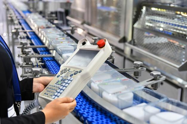 Abteilungsleiter kontroll- und kontrollautomatisierung übergabe von lebensmittelboxen an automatisierte fördersysteme im werk Premium Fotos