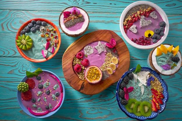 Acai-schüssel smoothie und spirulina-algen mit beeren Premium Fotos