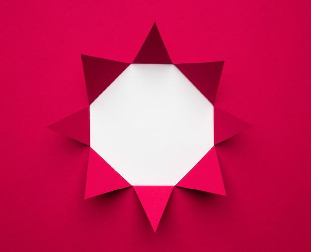 Achteckiger rahmen aus magentafarbenem papier auf weißem hintergrund. minimales geometrisches konzept. platz für text. Premium Fotos