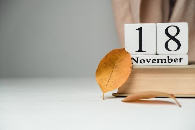 Achtundzwanzigster tag des herbstmonatskalenders november mit kopierplatz. Premium Fotos
