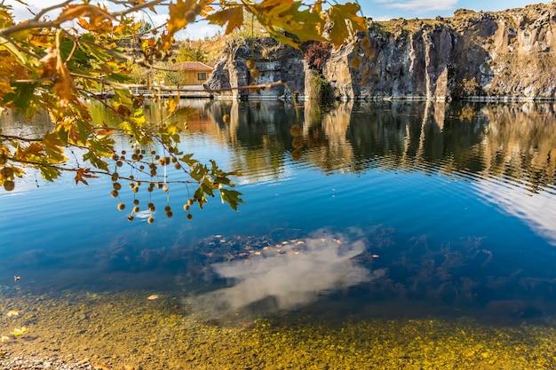 Adala canyon im herbst mit herbst blätter auf die bäume spiegeln in einem schönen teich. izmir provnce, türkei Premium Fotos