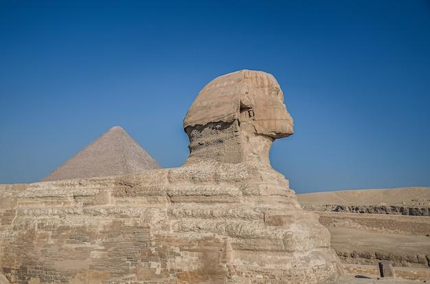 Ägyptische sphinx. alte ägyptische ruinen und pyramiden. die sandwüste in kairo. Premium Fotos