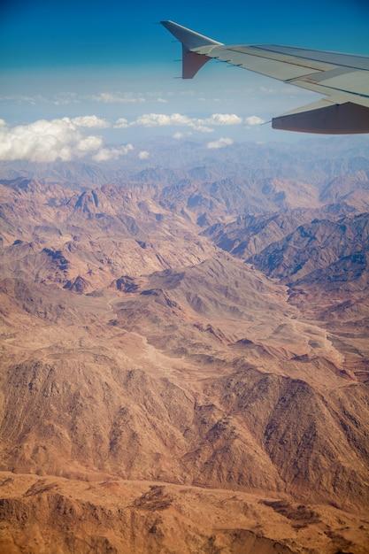 Ägyptische verlassene landschaft mit bergen Premium Fotos