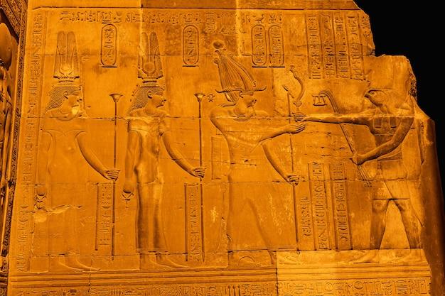 Ägyptische zeichnungen und hieroglyphen im tempel von kom ombo. in der stadt kom ombo in der nähe von aswer Premium Fotos