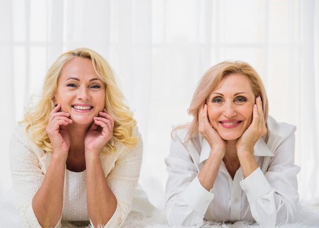 Ältere beste lächelnde freunde beim betrachten der kamera Kostenlose Fotos