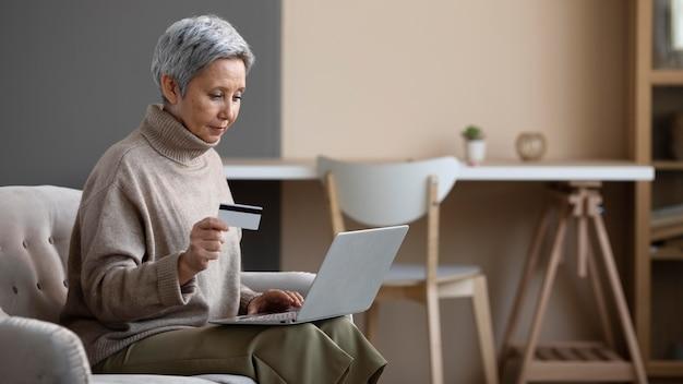 Ältere frau bereit, online einzukaufen Premium Fotos