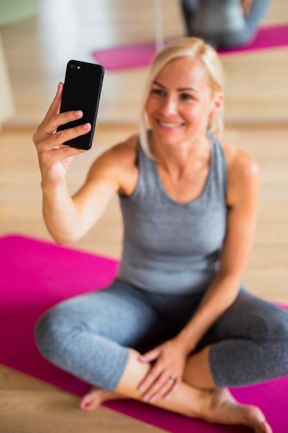 Ältere frau des hohen winkels, die selfie nimmt Kostenlose Fotos