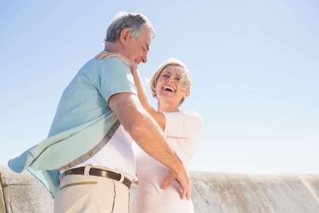 Ältere frau, die ihren partner umarmt Premium Fotos