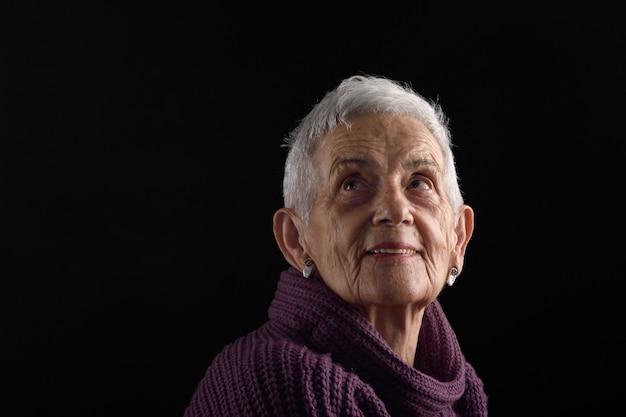 Ältere frau, die oben schaut Premium Fotos