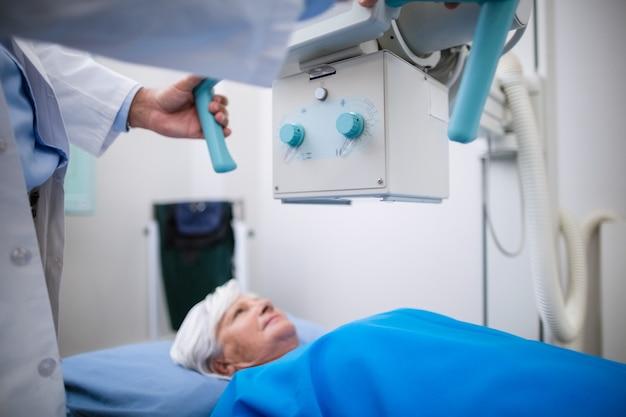 Ältere frau, die sich einem röntgentest unterzieht Kostenlose Fotos