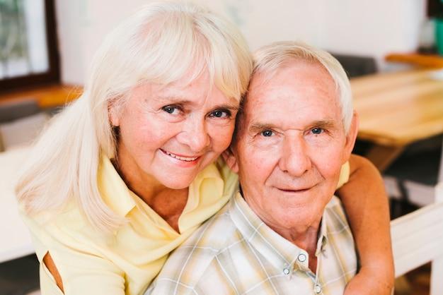 Ältere frau, die zu hause gealterten mann verpfändet Kostenlose Fotos
