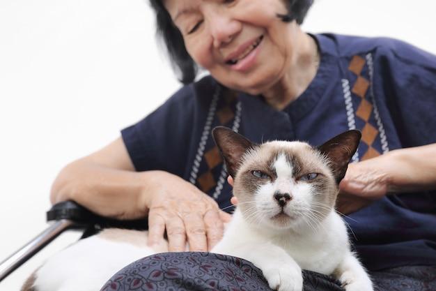 Ältere frau entspannte sich mit ihrer katze. Premium Fotos